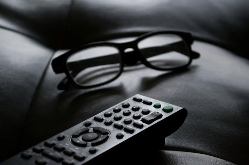 Bilde av briller og en fjernkontroll