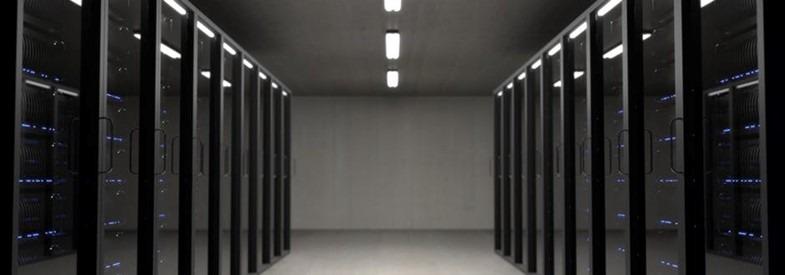 Illustrasjon av servere samlet i et rom.